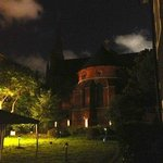 Blick auf die Kirche vom Garten in der Nacht
