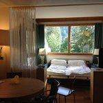 sala con vetrate e divano letto