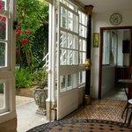 galería que da acceso al jardín y salones
