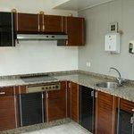 cocina con frigorífico, microonda, tostador y útiles de cocina