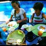 Ontbijt aan het zwembad