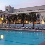Fachada y piscina agua termal