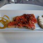 Entrante salmón con jamón crujiente