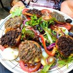insalata con crostini al patè d'oliva e acciughe