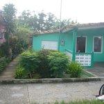 Vue de l'entrée de la casa (allée entre la maison verte et la rose)