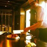 Preparazione della carne, cotta alla piastra sul tavolo di fronte al cliente