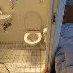 Pour sortir de la salle de bain il faut pousser le lit