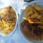 κοτόπουλο και κατσικάκι στο τραπέζι