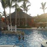 Area de alberca principal con bar, jacuzzis y playa