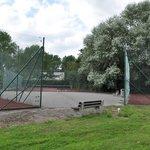 2 terrains de tennis et 1 de basket