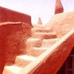 Una scala in terra cruda, sulla terrazza del Palazzo del Sultano.