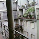 balcon commun, accès à la cour