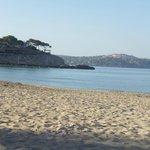 Strand ziet er mooi uit, pas alleen op voor de grote stenen.