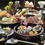 豪華な夕食「海の幸懐石」の一例