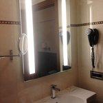 Specchio con lavandino e phon