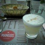 bebida tipica de lima - pisco sour, lembra a caipirinha