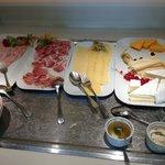 Desayuno; queso y embutidos