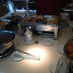 """Zona """"comida caliente"""": bacon, tortitas, huevos, salchichas..."""