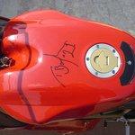 LA firma di Troy Bayliss fatta su la Ducati al circuito di Misano Adriatico