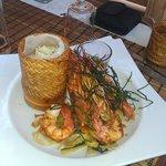 Gambas, riz thai, rougaille de légumes et litchi