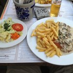 Kartoffelrestaurant Kiste, Tréveris. Cahmpignonrahmschnitzel, escalope con salsa de champiñones