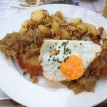 Kartoffelrestaurant Kiste, Tréveris, Brierbrauerschnitzel, escalope con cebolla y huevo. Y patat