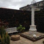 Réplica do Pelourinho onde escravos ficavam, e detalhe da pedra onde eles ficavam acorrentados e