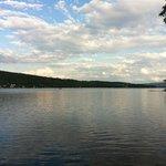 Vue du lac depuis le terrain du manoir.