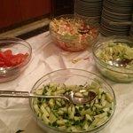 Diverses salades :  tomates, concombres et salade verte... et ce à tous les repas !