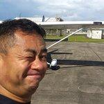 飛行機操縦が終わって余裕の笑顔です。