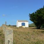 petite maison aux volets bleus, près de la plage des Sabias