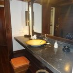 big sink area - but lighting rather dim