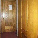 Zimmereingang mit sehr altem Holzkasten (muffig)