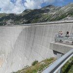 Voorkant van de dam met rechts het plateau waar je uit de dam komt
