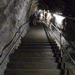 De trap met de 120 treden naar beneden naar gang op 1e etage, andere gangen niet toegankelijk