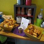 フロント横にはコーヒーと紅茶、ミネラルウォーター、それにパンまで