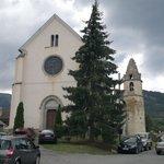 église et clocher séparé situés à l'arrière du village