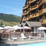 L'hôtel côté chambres avec petits balcons.(Photo prise depuis la piscine le 18 Aout 2013)