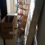merdivenlerden inerken cektigim bir foto buzdolaplarini ve yataklari gosteriyor.