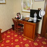 Pequeño escritorio y minibar
