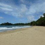 la playa a unos metros de las cabinas