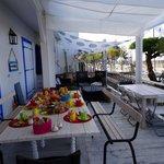 Petit déjeuner sur la terrasse vue sur le bassin