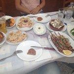 Mezze succulent débordant de la table