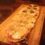 Pizza de Fugazzeta y Calabresa