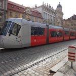 trem urbano na praça em frente