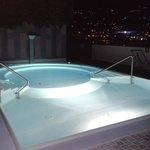 la piscina idromassaggio di notte