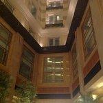 夜のロビー階