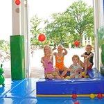 Kinderen spelen gratis in de indoor speeltuin