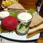 Crudo Kunstmann, con la legendaria salsa de mayonesa casera al ajo