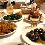 Schnecken, Chorta, grüne Bohnen, gegrilltes Brot und dazu den guten Hauswein